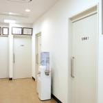 診察室、処置室の入り口です。ウォーターサーバーは自由にご利用ください。