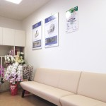 待合室です。白とクリーム色を基調に、明るく落ち着いた雰囲気です。